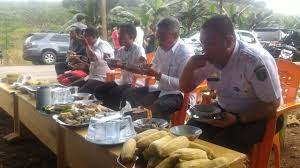 Bupati dan Wakil Bupati Luwu Timur Makan Barobbo di Kafe Kopi Viona Paku Manu