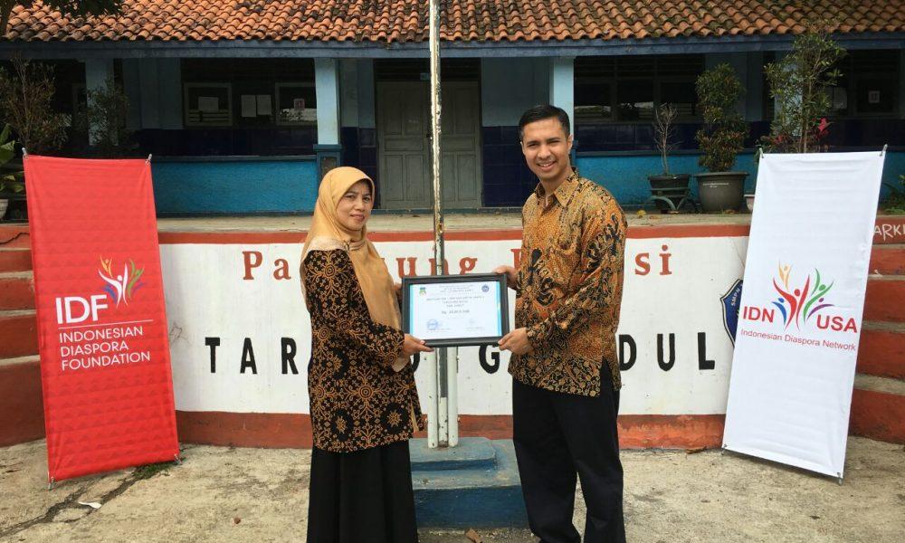 Diaspora Indonesia Serahkan Sumbangan ke Sekolah Terdampak Banjir di Garut