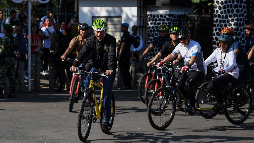 Prabowo Orasi di Reuni 212, Jokowi Naik Sepeda