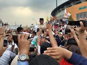 Padat Pendukung, Prabowo Digendong Naik Ke Panggung