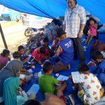Dinas Perpustakan, KNPI & Komunitas Dongeng Lutim Rayakan Hari Anak Nasional di Tenda Pengungsian Korban Banjir Lutra