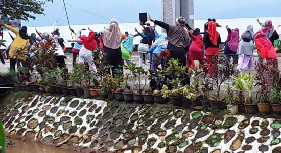Senam Sehat dan Bakti Sosial New Normal Ala Desa Nikkel Soroako
