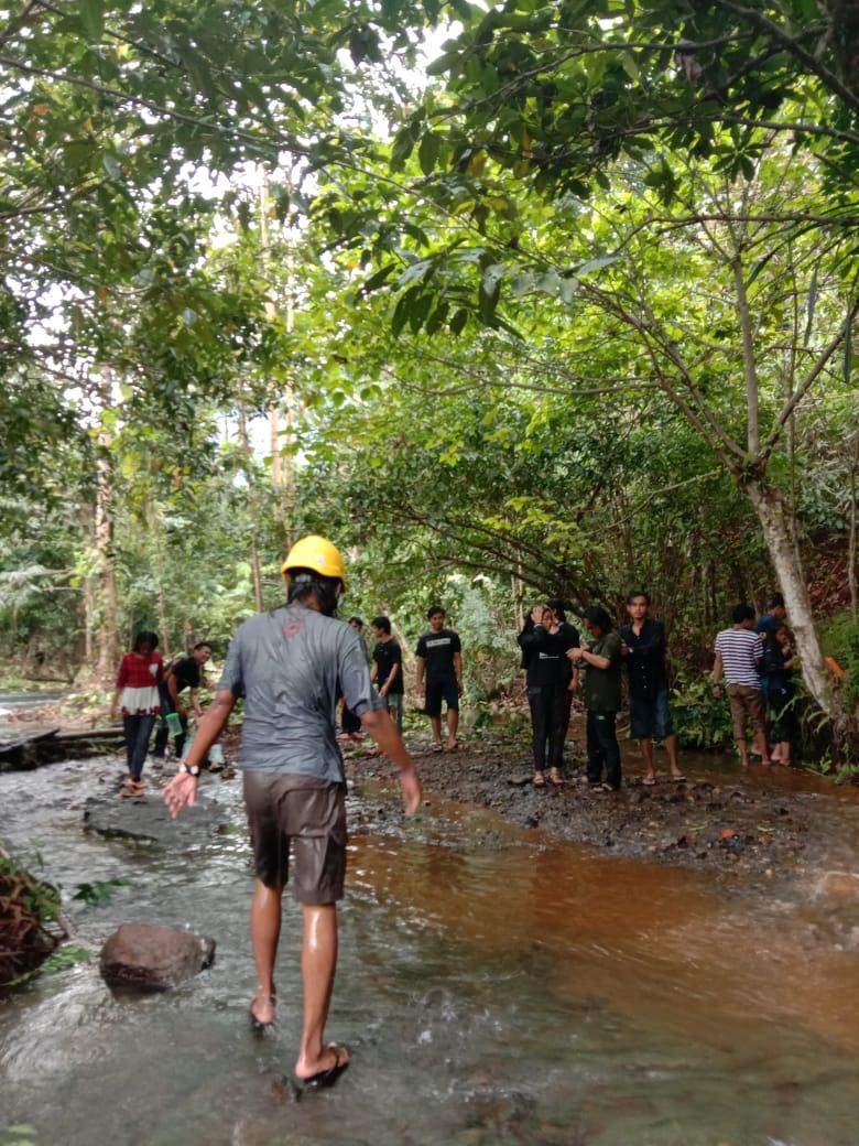 Potret Pemuda BMB Peduli Kampung Gotong Royong Bersihkan Lokasi Penerimaan Hadiah di Sungai Wisata Sungai Balambano