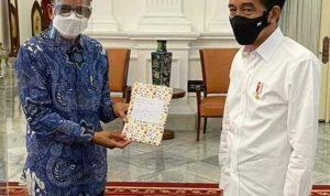 Gubernur Sulsel Berikan Buku Karya Siswi SMP Luwu Timur Kepada Presiden Jokowi