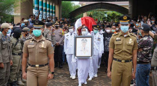 Pimpin Pelepasan Jenazah Bupati Lutim, Ketua PN Malili Serahkan Akte Kematian