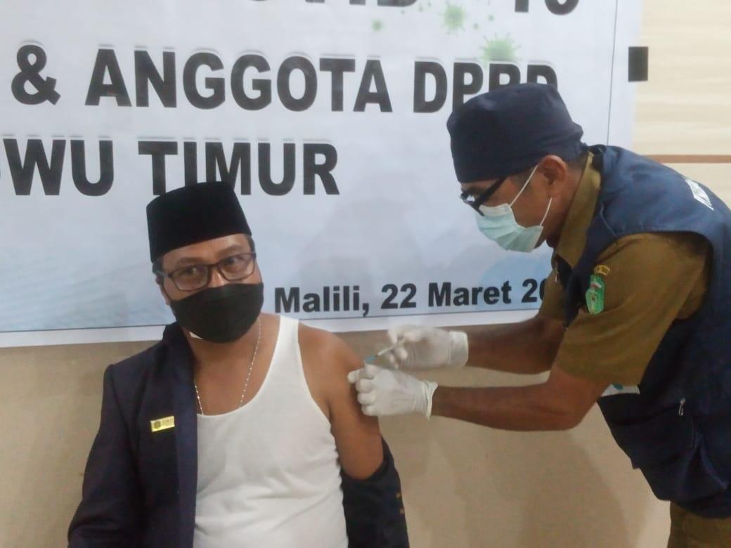 Pimpinan dan Anggota DPRD Lutim di Vaksin, Semuel Kandati: Masyarakat Tak Perlu Takut!