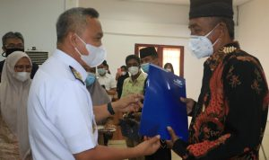 Serahkan Karip, Wabup Budiman Harapkan PNS Purna Tugas Tetap Berkarya