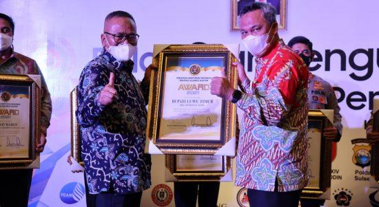 Terima Penghargaan dari PWI, Bupati Lutim Terimakasih PWI Semoga Sukses Selalu