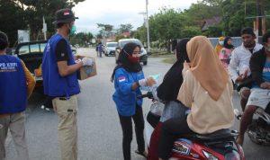 Berkah Ramadhan, DPK KNPI Wotu Berbagi Takjil dan Masker Kepada Pengguna Jalan