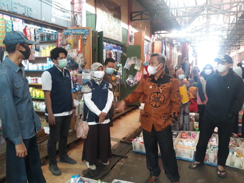 Pantau Harga Bahan Pokok di Pasar Malili, Bupati Lutim Ingatkan Protkes