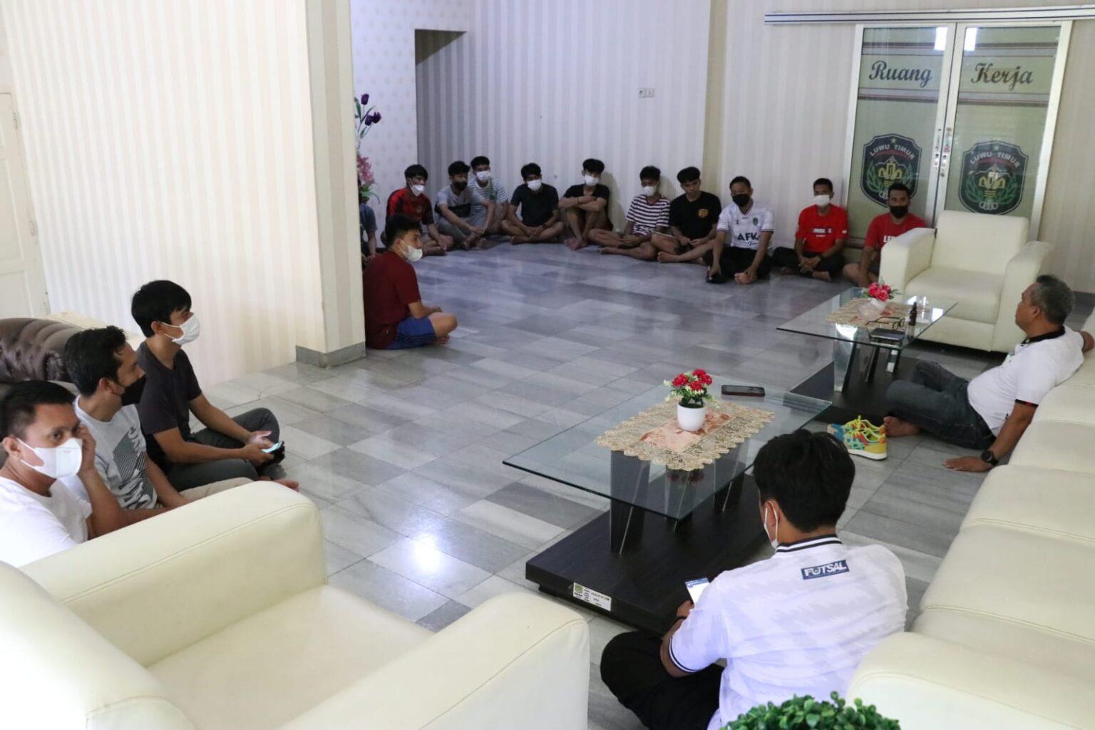 Bupati Budiman Berikan Motivasi Pemain Futsal Praporprov Lutim